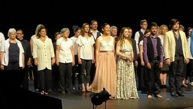 300-spectateurs-enthousiastes-au-spectacle-musical